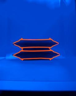 VASE À FLEUR Céramique, acrylique vinylique fluorescente, paillettes doré. (L 25 x l 10 x h 13 cm).