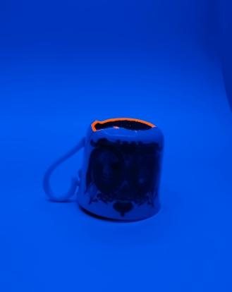 TASSE À RÊVE Céramique, acrylique vinylique fluorescente, paillettes doré. (L 7,5 x l 11 x h 8 cm).