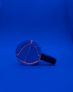 TASSE À THÉ Céramique, acrylique vinylique fluorescente, paillettes doré. (L 9,5 x l 13 x h 8 cm).