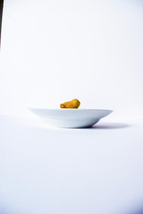 PORTE MANTEAU Céramique, acrylique vinylique fluorescente, paillettes doré. (Ø 25 x h 5 cm).