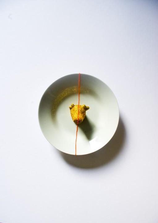 PORTE MENTEAU Céramique, acrylique vinylique fluorescente, paillettes doré. (Ø 25 x h 5 cm).
