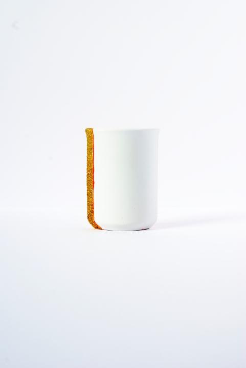 TOTEM Céramique, acrylique vinylique fluorescente, paillettes doré. (L 7 x l 2,5 x h 10 cm).